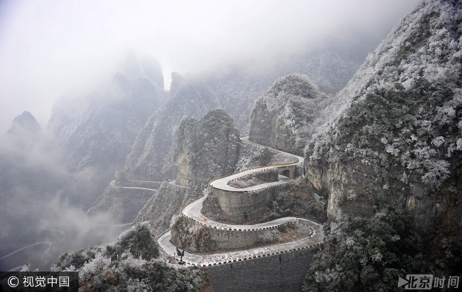 湖南省张家界天门山风景区的盘山公路宛如银蛇一般,分外壮观.